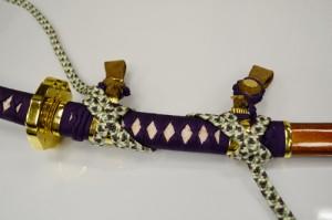 太刀の表側。紐をX字に掛けて固定する。